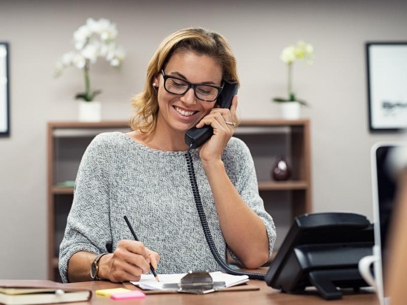 female advisor on the phone